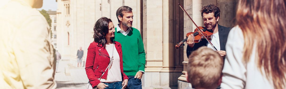 Signia-Nx_couple-street-musician_2560x800px
